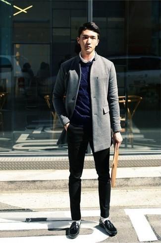 Herren Outfits & Modetrends 2020 für kühl Wetter: Vereinigen Sie einen grauen Mantel mit einer schwarzen Chinohose für einen für die Arbeit geeigneten Look. Schwarze Leder Slipper mit Quasten sind eine einfache Möglichkeit, Ihren Look aufzuwerten.