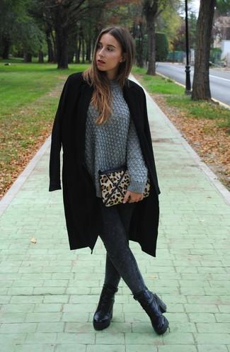 Wie kombinieren: schwarzer Mantel, grauer Strickpullover, dunkelgraue Jeansleggings, schwarze Schnürstiefeletten aus Leder
