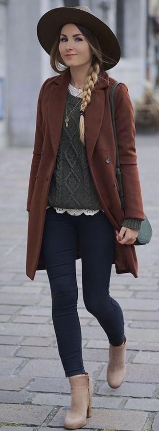 Wie kombinieren: brauner Mantel, dunkelgrüner Strickpullover, weißes Spitze T-Shirt mit einem Rundhalsausschnitt, dunkelblaue enge Jeans