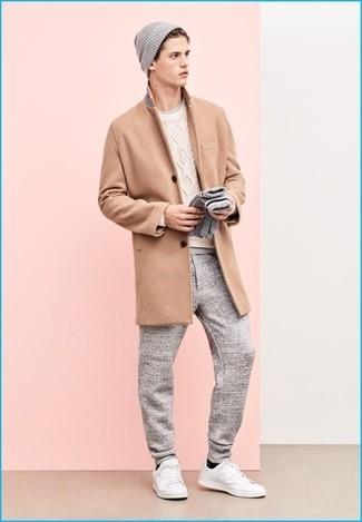 Wie kombinieren: camel Mantel, weißer Strickpullover, graues T-Shirt mit einem Rundhalsausschnitt, graue Jogginghose