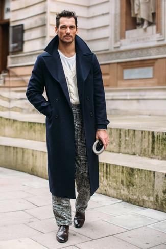 Dunkelbraune Leder Oxford Schuhe kombinieren: trends 2020: Paaren Sie einen dunkelblauen Mantel mit einer schwarzen und weißen Anzughose mit Hahnentritt-Muster für eine klassischen und verfeinerte Silhouette. Dunkelbraune Leder Oxford Schuhe sind eine perfekte Wahl, um dieses Outfit zu vervollständigen.