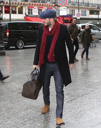 Braune Leder Reisetasche kombinieren für Winter: trends 2020: Ein schwarzer Mantel und eine braune Leder Reisetasche sind das Outfit Ihrer Wahl für faule Tage. Beige Chelsea-Stiefel aus Wildleder bringen Eleganz zu einem ansonsten schlichten Look. Schon haben wir ein stylisches Outfit im Winter.