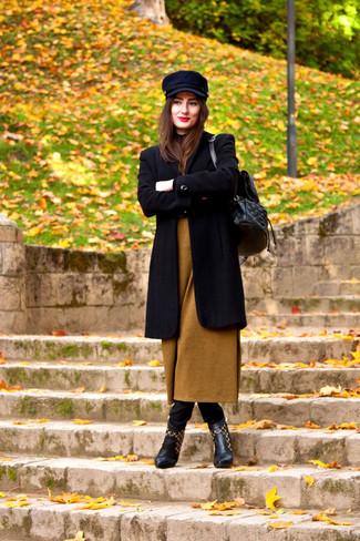 Vereinigen Sie einen schwarzen Mantel mit schwarzen engen Jeans, um einen schicken, glamurösen Look zu erhalten. Dieses Outfit passt hervorragend zusammen mit schwarzen Leder Stiefeletten.