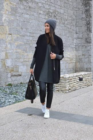 Wie kombinieren: schwarzer Mantel, graues Sweatkleid, schwarze Leder enge Jeans, weiße Leder niedrige Sneakers