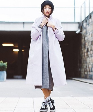 Wie kombinieren: hellvioletter Mantel, graues Strick Sweatkleid, schwarze hohe Sneakers aus Segeltuch, schwarze Strick Mütze