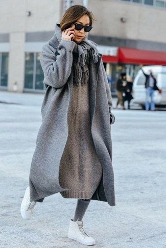 Wie kombinieren: grauer Mantel, graues Strick Sweatkleid, weiße hohe Sneakers aus Leder, grauer Schal