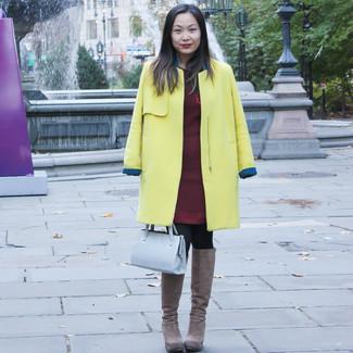 Braune kniehohe Stiefel aus Wildleder kombinieren – 8 Damen Outfits kühl Wetter: Ein gelber Mantel und ein dunkelrotes Sweatkleid sind super geeignet, um ein lockeres Outfit zu schaffen. Dieses Outfit passt hervorragend zusammen mit braunen kniehohe Stiefeln aus Wildleder.
