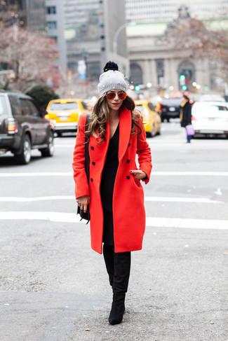 Die Paarung aus einem schwarzen sweatkleid von Maison Margiela und einem roten mantel ist eine komfortable Wahl, um Besorgungen in der Stadt zu erledigen. Komplettieren Sie Ihr Outfit mit schwarzen kniehohe stiefeln aus wildleder.