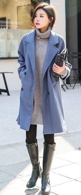 Wie kombinieren: hellblauer Mantel, graues Sweatkleid, schwarze kniehohe Stiefel aus Leder, dunkelgraue Wildleder Clutch