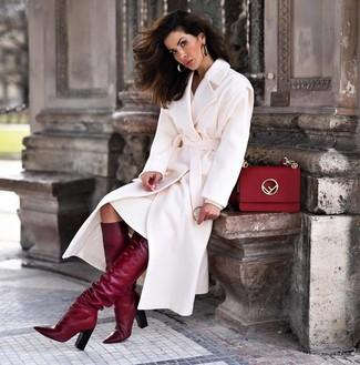 Dunkelrote kniehohe Stiefel aus Leder kombinieren – 23 Damen Outfits: Entscheiden Sie sich für einen weißen Mantel und ein weißes Sweatkleid für einen gepflegten, glamurösen Look. Komplettieren Sie Ihr Outfit mit dunkelroten kniehohe Stiefeln aus Leder.