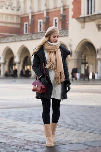 Wie kombinieren: dunkelgrauer Strick Mantel, weißes Sweatkleid, schwarze Leggings, beige Ugg Stiefel