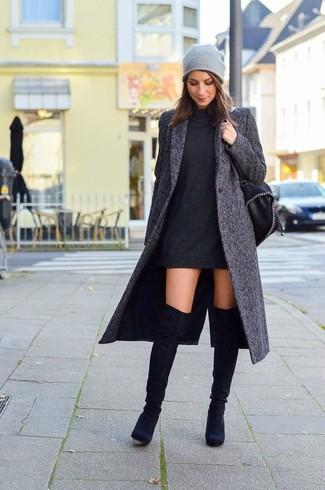 Wie kombinieren: dunkelgrauer Mantel, schwarzes Sweatkleid, schwarze Overknee Stiefel aus Wildleder, schwarze Leder Beuteltasche