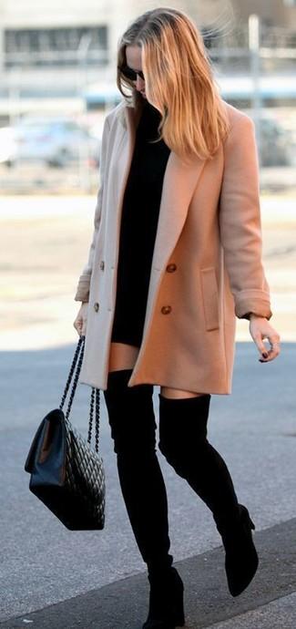 Wie kombinieren: beige Mantel, schwarzes Sweatkleid, schwarze Overknee Stiefel aus Wildleder, schwarze gesteppte Leder Umhängetasche