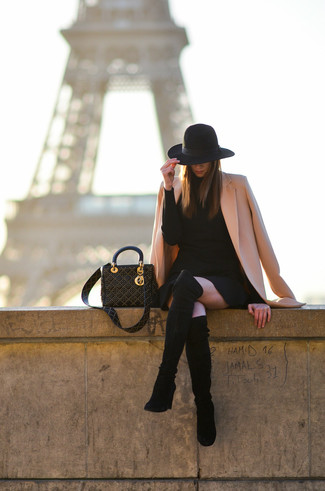 Rosa Mantel kombinieren – 153 Damen Outfits: Vereinigen Sie einen rosa Mantel mit einem schwarzen Sweatkleid, um ein lässiges Outfit zu kreieren. Schwarze Overknee Stiefel aus Wildleder fügen sich nahtlos in einer Vielzahl von Outfits ein.