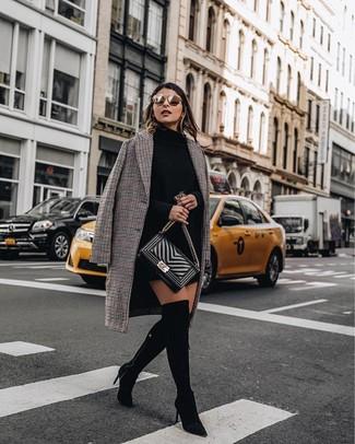 Entscheiden Sie sich für ein schwarzes sweatkleid für damen von Maison Margiela und einen braunen mantel mit karomuster für ein sonntägliches Mittagessen mit Freunden. Vervollständigen Sie Ihr Look mit schwarzen overknee stiefeln aus wildleder.