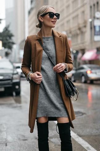 Wie kombinieren: brauner Mantel, graues Sweatkleid, schwarze Overknee Stiefel aus Wildleder, schwarze Leder Umhängetasche