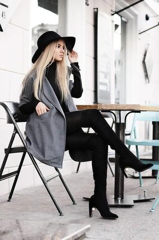 Erwägen Sie das Tragen von einem schwarzen sweatkleid und einem grauen mantel für ein sonntägliches Mittagessen mit Freunden. Ergänzen Sie Ihr Look mit schwarzen overknee stiefeln aus wildleder.
