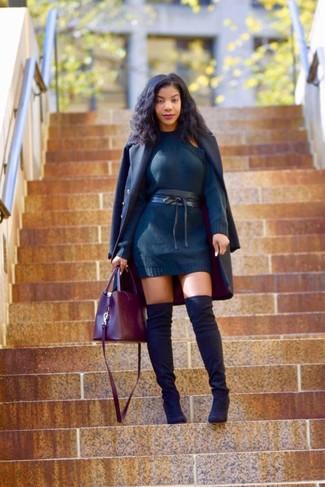Wie kombinieren: dunkelblauer Mantel, dunkelblaues Sweatkleid, schwarze Overknee Stiefel aus Wildleder, dunkelrote Shopper Tasche aus Leder