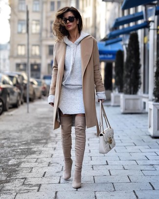 Wie kombinieren: beige Mantel, graues Sweatkleid, hellbeige Overknee Stiefel aus Wildleder, weiße gesteppte Satchel-Tasche aus Leder