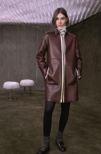 dunkelbrauner Ledermantel, weißes Sweatkleid, schwarze Leder Slipper mit Quasten, dunkelgraue Wollsocke für Damen