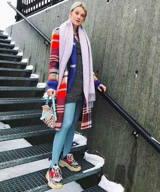 Wie kombinieren: roter Mantel mit Schottenmuster, dunkelgraues Sweatkleid, mehrfarbige Sportschuhe, hellvioletter Schal