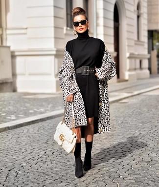 Wie kombinieren: weißer und schwarzer Mantel mit Leopardenmuster, schwarzes Sweatkleid, schwarze elastische Stiefeletten, weiße gesteppte Satchel-Tasche aus Leder