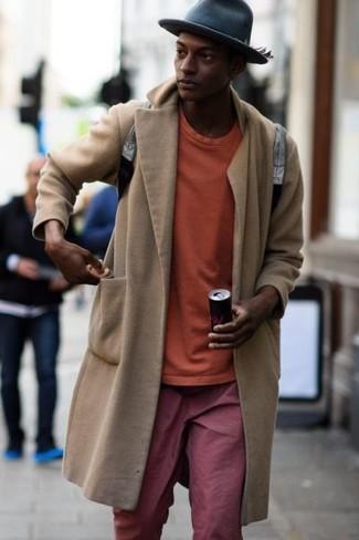 Wie kombinieren: beiger Mantel, orange Sweatshirt, rote Chinohose, grauer Leder Rucksack