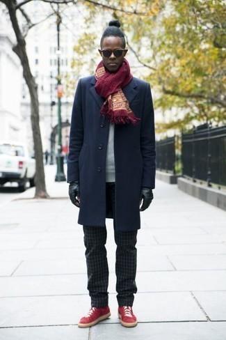 Schwarze Sonnenbrille kombinieren: trends 2020: Erwägen Sie das Tragen von einem dunkelblauen Mantel und einer schwarzen Sonnenbrille für einen entspannten Wochenend-Look. Rote Segeltuch niedrige Sneakers sind eine kluge Wahl, um dieses Outfit zu vervollständigen.