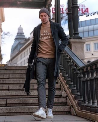 Dunkelgrauen Mantel kombinieren – 500+ Herren Outfits: Erwägen Sie das Tragen von einem dunkelgrauen Mantel und einer dunkelgrauen Chinohose, um einen eleganten, aber nicht zu festlichen Look zu kreieren. Weiße Segeltuch niedrige Sneakers verleihen einem klassischen Look eine neue Dimension.