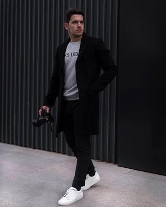 Graues bedrucktes Sweatshirts kombinieren – 13 Herren Outfits kalt Wetter: Erwägen Sie das Tragen von einem grauen bedruckten Sweatshirt und einer schwarzen Chinohose für einen bequemen Alltags-Look. Vervollständigen Sie Ihr Look mit weißen Segeltuch niedrigen Sneakers.