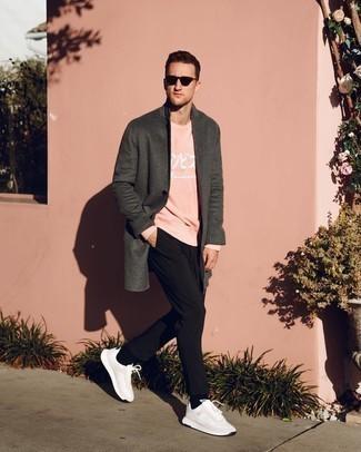 Schwarze Sonnenbrille kombinieren – 500+ Herren Outfits: Vereinigen Sie einen dunkelgrauen Mantel mit einer schwarzen Sonnenbrille für einen entspannten Wochenend-Look. Warum kombinieren Sie Ihr Outfit für einen legereren Auftritt nicht mal mit weißen Sportschuhen?