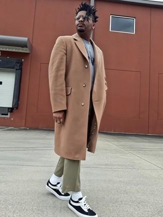 Graues bedrucktes Sweatshirts kombinieren – 13 Herren Outfits kalt Wetter: Vereinigen Sie ein graues bedrucktes Sweatshirts mit einer olivgrünen Chinohose für ein bequemes Outfit, das außerdem gut zusammen passt. Schwarze und weiße Segeltuch niedrige Sneakers sind eine ideale Wahl, um dieses Outfit zu vervollständigen.