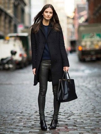 Wie kombinieren: schwarzer Mantel, dunkelblaues Sweatshirt, dunkelgrüne enge Hose aus Leder, schwarze Leder Stiefeletten