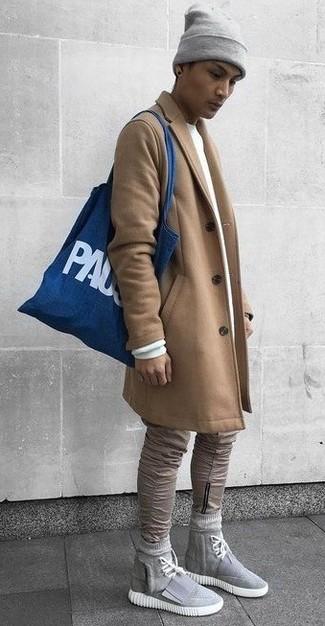 Wie kombinieren: camel Mantel, weißes Sweatshirt, beige enge Jeans, graue hohe Sneakers aus Segeltuch