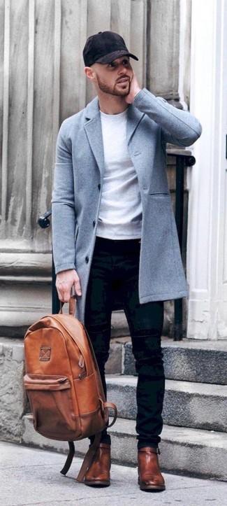 Wie kombinieren: hellblauer Mantel, weißes Sweatshirt, schwarze enge Jeans, braune Chelsea-Stiefel aus Leder