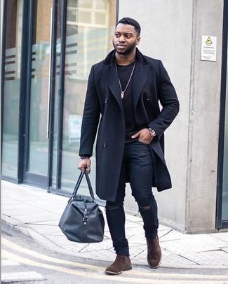 Schwarzes Sweatshirts kombinieren – 141 Herren Outfits: Entscheiden Sie sich für ein schwarzes Sweatshirts und schwarzen enge Jeans mit Destroyed-Effekten für einen entspannten Wochenend-Look. Fühlen Sie sich mutig? Wählen Sie dunkelbraunen Chelsea Boots aus Wildleder.