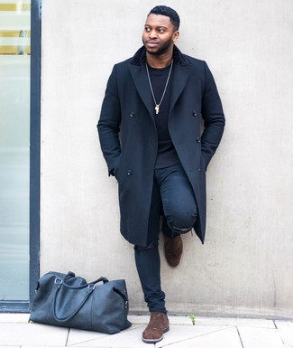 Schwarzes Sweatshirts kombinieren – 141 Herren Outfits: Ein schwarzes Sweatshirt und dunkelblaue enge Jeans mit Destroyed-Effekten sind eine kluge Outfit-Formel für Ihre Sammlung. Fügen Sie dunkelbraunen Chelsea Boots aus Wildleder für ein unmittelbares Style-Upgrade zu Ihrem Look hinzu.