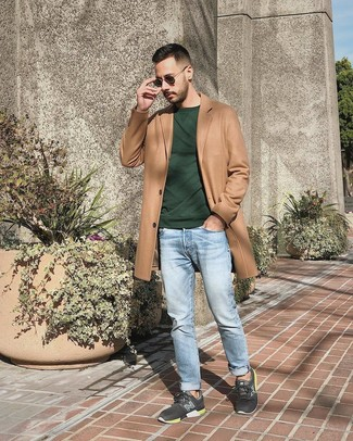 Wie kombinieren: camel Mantel, dunkelgrünes Sweatshirt, hellblaue Jeans, dunkelgraue Sportschuhe