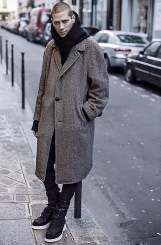 Schwarzen Schal kombinieren: trends 2020: Kombinieren Sie einen grauen Mantel mit Karomuster mit einem schwarzen Schal für einen entspannten Wochenend-Look. Schwarze hohe Sneakers aus Leder sind eine kluge Wahl, um dieses Outfit zu vervollständigen.