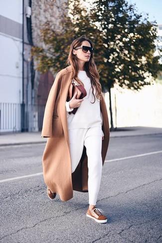 Braune Wildleder niedrige Sneakers kombinieren: trends 2020: Entscheiden Sie sich für einen beige Mantel und eine weiße Karottenhose, um wahrhaft schnittig auszusehen. Wenn Sie nicht durch und durch formal auftreten möchten, wählen Sie braunen Wildleder niedrige Sneakers.