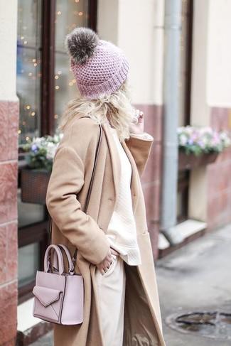 Wie kombinieren: hellbeige Mantel, hellbeige Sweatshirt, hellbeige Karottenhose, rosa Leder Umhängetasche