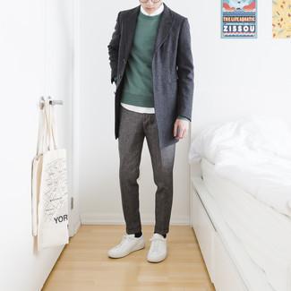 Teenager: Weiße Leder niedrige Sneakers kombinieren – 60 Herren Outfits: Paaren Sie einen dunkelgrauen Mantel mit einer grauen Chinohose für einen für die Arbeit geeigneten Look. Wenn Sie nicht durch und durch formal auftreten möchten, wählen Sie weißen Leder niedrige Sneakers.