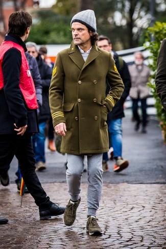 Olivgrüne Wildleder niedrige Sneakers kombinieren: trends 2020: Tragen Sie einen olivgrünen Mantel und eine graue Jogginghose für ein bequemes Outfit, das außerdem gut zusammen passt. Fühlen Sie sich mutig? Ergänzen Sie Ihr Outfit mit olivgrünen Wildleder niedrigen Sneakers.