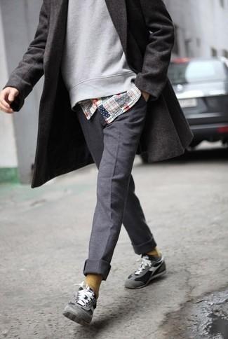 Dunkelgraue Chinohose kombinieren – 500+ Herbst Herren Outfits: Etwas Einfaches wie die Paarung aus einem dunkelgrauen Mantel und einer dunkelgrauen Chinohose kann Sie von der Menge abheben. Fühlen Sie sich mutig? Wählen Sie grauen Sportschuhe. Dieser Look  ist für den Herbst einfach genial.