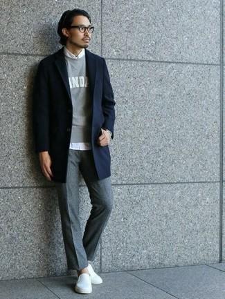 Graues bedrucktes Sweatshirts kombinieren – 13 Herren Outfits kalt Wetter: Kombinieren Sie ein graues bedrucktes Sweatshirts mit einer grauen Wollchinohose für ein großartiges Wochenend-Outfit. Weiße Slip-On Sneakers aus Segeltuch sind eine großartige Wahl, um dieses Outfit zu vervollständigen.