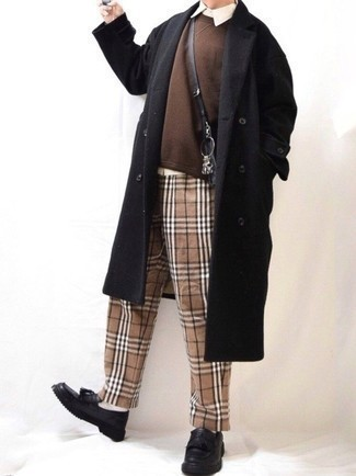 Schwarzen Mantel kombinieren – 843+ Herren Outfits: Kombinieren Sie einen schwarzen Mantel mit einer beige Chinohose mit Schottenmuster, um einen modischen Freizeitlook zu kreieren. Ergänzen Sie Ihr Outfit mit schwarzen Leder Slippern mit Quasten, um Ihr Modebewusstsein zu zeigen.