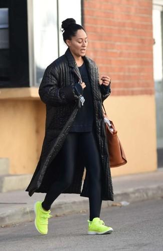 Wie kombinieren: schwarzer gesteppter Mantel, dunkelblaues Sweatshirt, schwarze Leggings, gelbgrüne Sportschuhe