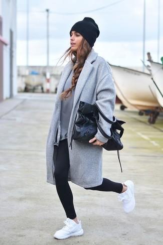 Entscheiden Sie sich für Komfort in einem grauen sweatshirt für damen von KIOMI und schwarzen leggings. Fühlen Sie sich mutig? Vervollständigen Sie Ihr Outfit mit weißen sportschuhen.
