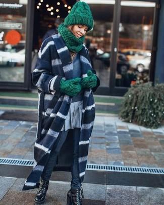 Wie kombinieren: dunkelblauer und weißer horizontal gestreifter Mantel, dunkelblaues Sweatshirt, grauer Falten Minirock, dunkelblaue enge Hose