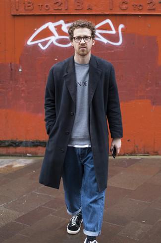 Graues bedrucktes Sweatshirts kombinieren – 13 Herren Outfits kalt Wetter: Kombinieren Sie ein graues bedrucktes Sweatshirts mit blauen Jeans für einen bequemen Alltags-Look. Schwarze und weiße Segeltuch niedrige Sneakers sind eine perfekte Wahl, um dieses Outfit zu vervollständigen.